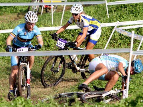 junior women cross country cingapure Kaz 1 crash